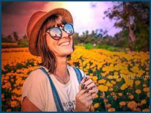 Niña feliz con flores de sol