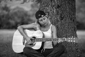 foto de perfil de chica de guitarra